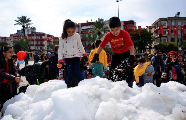 Belediyeden çocuklara kar hediyesi