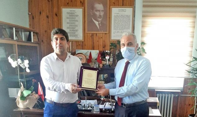 Abdulnasır Aydın'a teşekkür plaketi